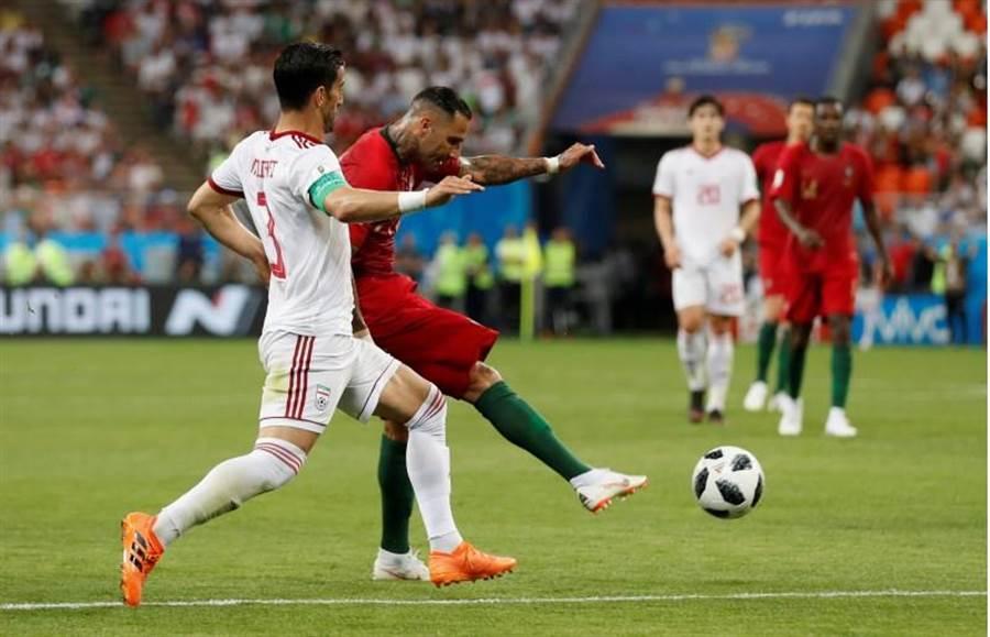 葡萄牙邊鋒夸雷斯馬(左二)在上半場終了前踢進漂亮遠射。(路透)
