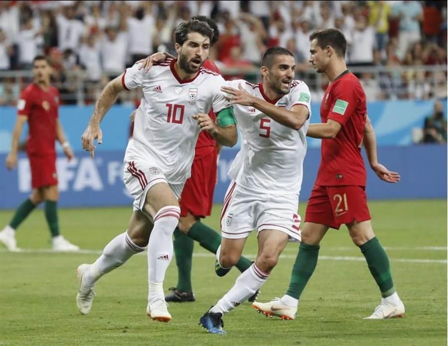 伊朗安薩里法德(左)在補時階段罰進12碼球。(美聯社)