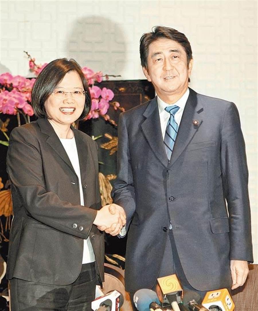 日本首相安倍晋三2010年率团访台,并与时任民进党主席的蔡英文会晤。(本报系资料照片)