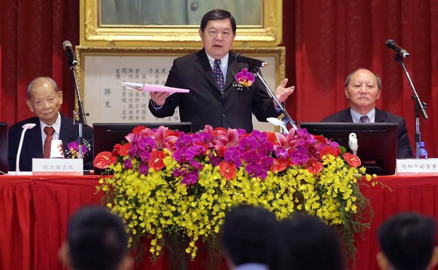 董事長徐旭東(中)表示抗議民眾根本不了解礦場作業狀況。(范揚光攝)