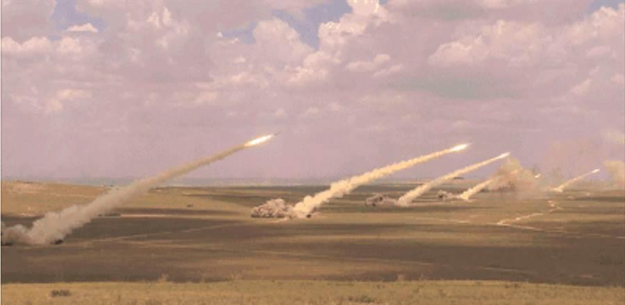 央視《軍事報導》節目6月23日播出的畫面中,首度出現了6枚東風10A巡航飛彈齊射的畫面。(央視截圖)