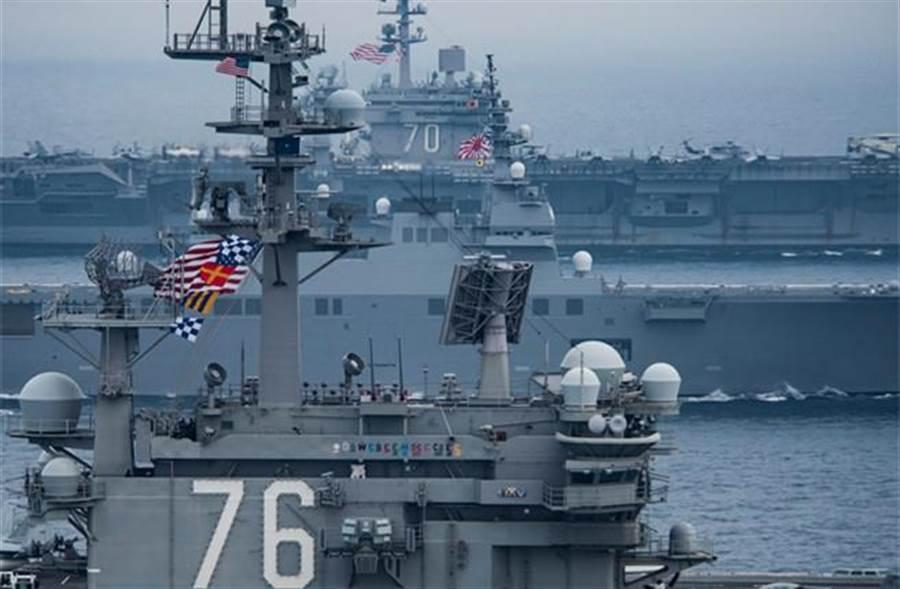 美國海軍航空母艦雷根號(前)與卡爾文森號(後)。(資料照片,摘自卡爾文森號臉書)