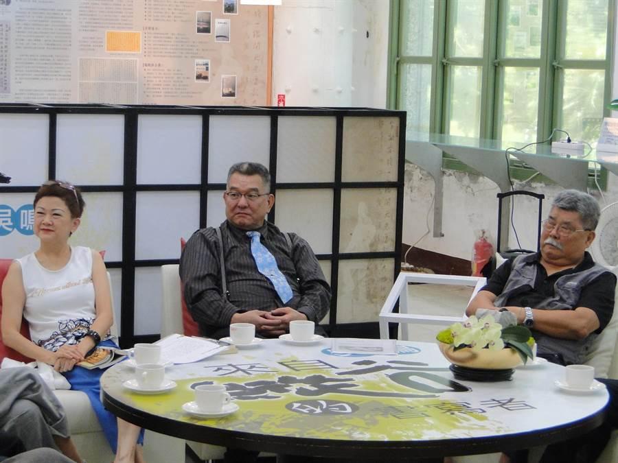 作家吳鳴(中)由雕刻家廖清雲(右)、文化局長陳淑美(左)等人陪同出席圖像展。(范振和攝)