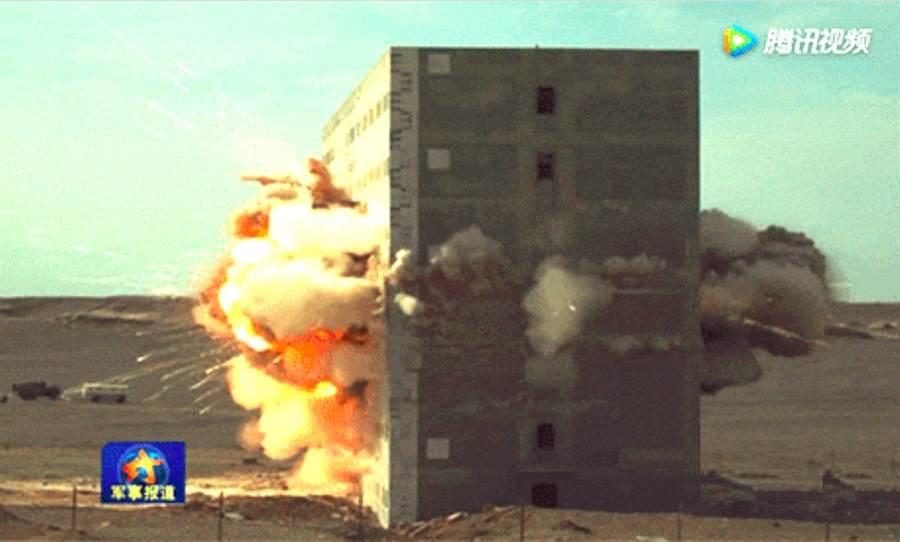 東風-10A貫穿7層大樓的畫面。(央視截圖)