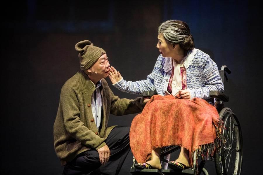 果陀劇團《接送情》刻劃大時代來不及說出口的情,本月30日將在台中國家歌劇院演出。(果陀劇團提供)