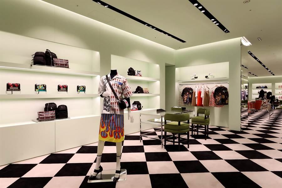 全新翻修後的PRADA SOGO敦化專賣店,內裝使用與米蘭Galleria總店相同的黑白棋盤格地毯、粉綠色牆面等細節,打造較為明亮、清爽的購物空間。(PRADA提供)