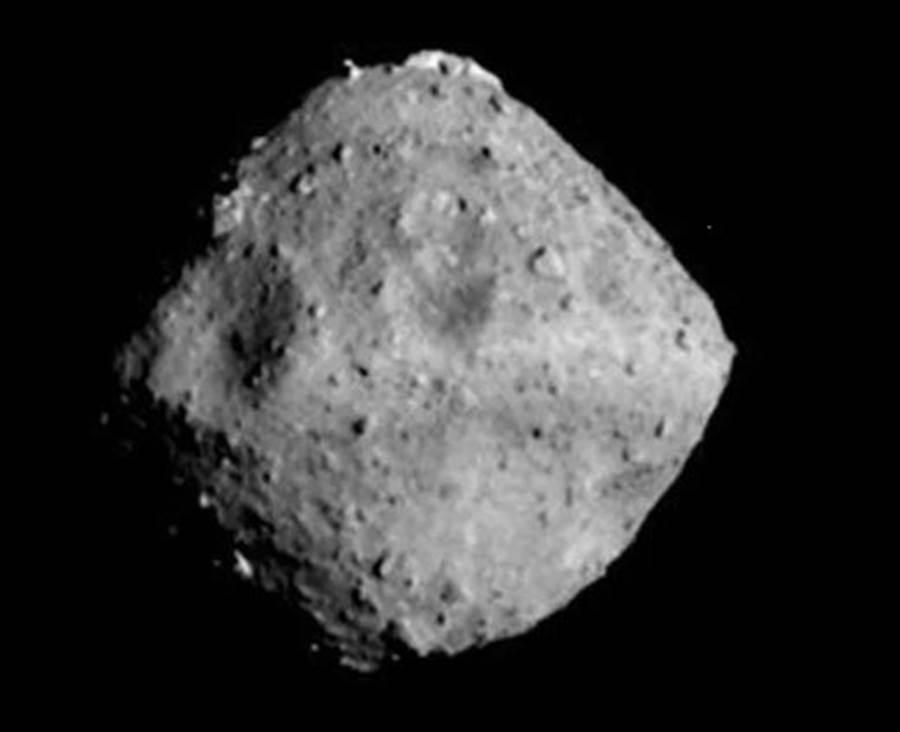 日本探测船隼鸟2号拍摄到的龙宫小行星,是个菱形的小行星。(图/JAXA)
