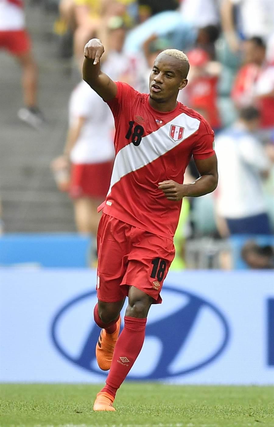 祕魯卡利洛踢進球隊在世界盃36年來的第一顆進球,開心慶祝。(美聯社)