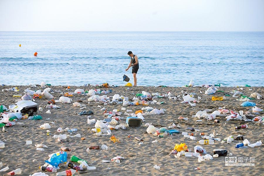 海洋飽受人類垃圾汙染,尤以數量龐大、難以分解的塑膠垃圾最嚴重。(路透)
