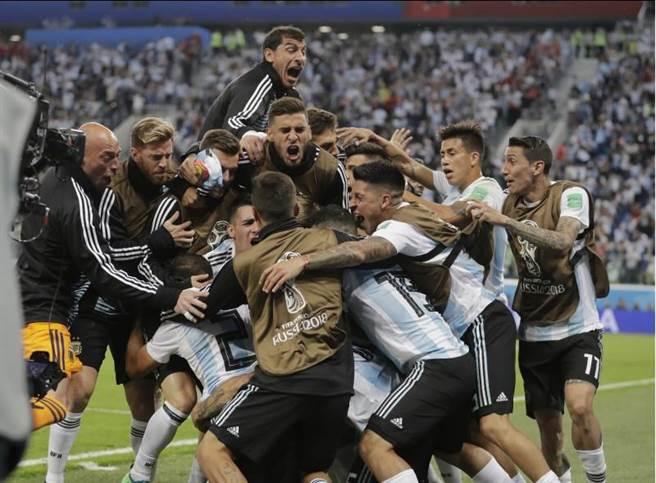 阿根廷擊敗奈及利亞晉級16強,全隊欣喜若狂。(美聯社)
