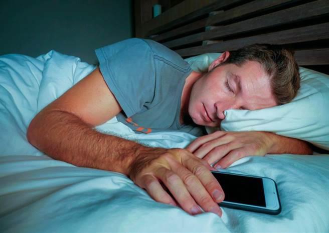 大陸一名男子玩手機睡著,結果行動電源疑似過熱爆炸,他的頭皮被炸掉。(達志影像/shutterstock提供)