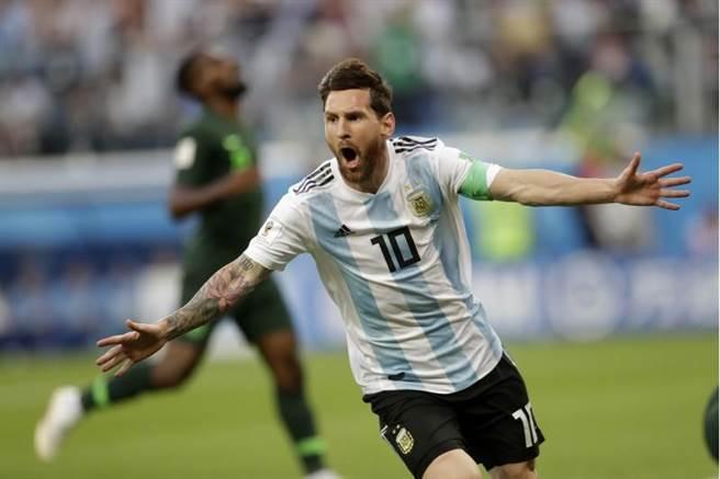 阿根廷對奈及利亞之戰,梅西率先進球,展臂歡呼。(美聯社)