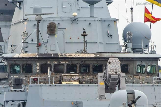 飛彈發射失敗的薩克森號,艦橋被燒的焦黑,所幸只有2名艦員受傷。(圖/defence-blog)