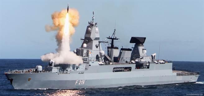 正常發射標準2型的薩克森號,MK41飛彈發射器的位置離艦橋很接近。(圖/德國海軍)