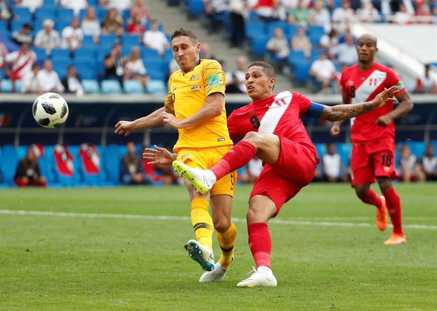 秘魯對長葛雷諾(中)錦上添花,踢進球隊小組賽最後一戰的第二顆進球。(路透)