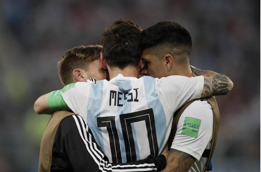 阿根廷對奈及利亞之戰,梅西(中)發揮領袖角色,激勵全隊士氣。(美聯社)