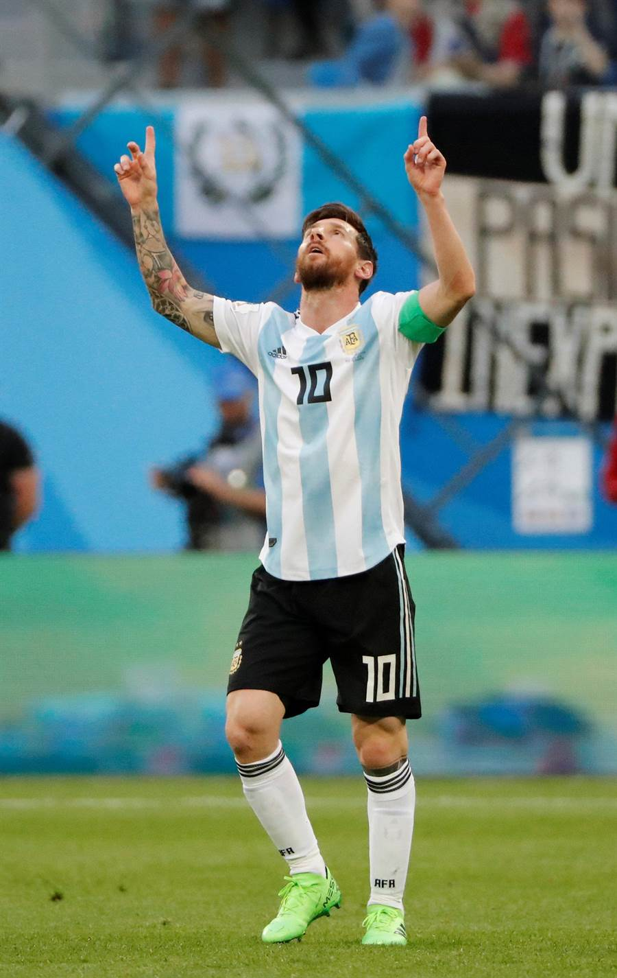 梅西伸出雙手食指指向天,感謝老天爺依然眷顧阿根廷,讓他們克服危機,順利晉級。(路透)