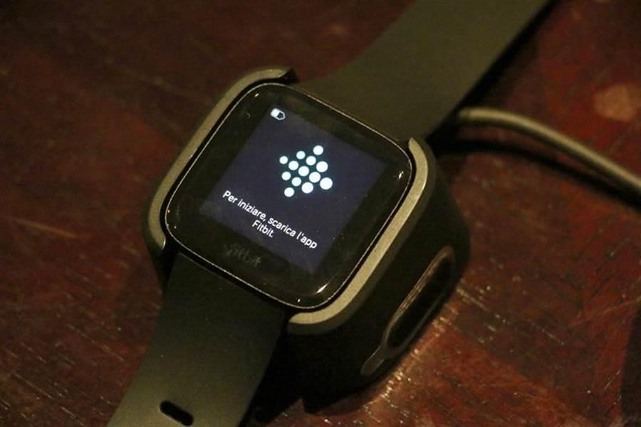 Fitbit Versa放置在充電座上的狀態。(圖/黃慧雯攝)