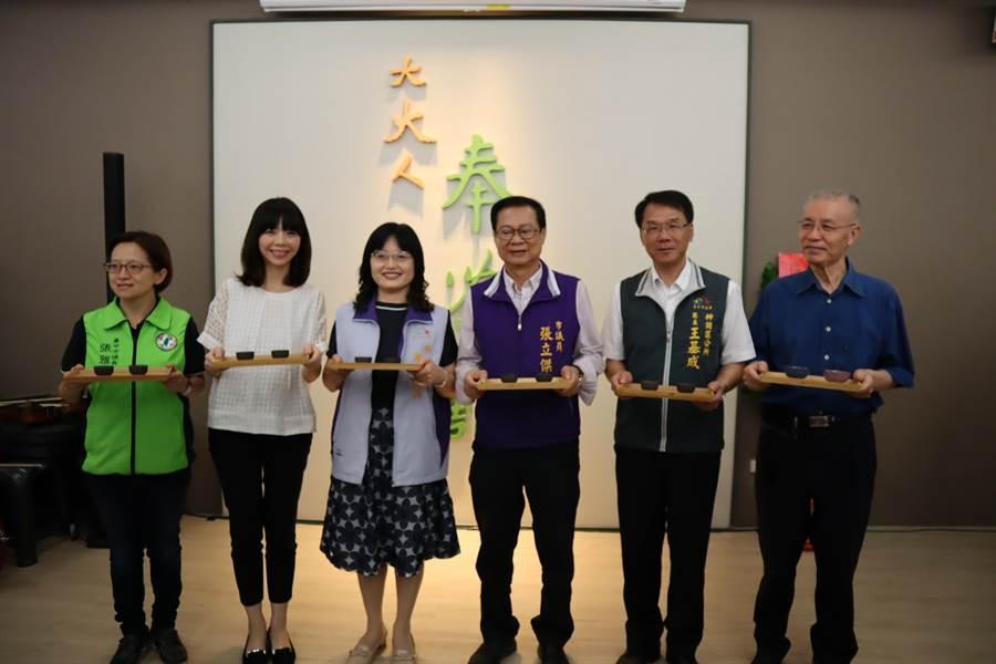 台中市議員張雅旻(左一)、立委洪慈庸(左二)、市議員張立傑(右三)及神岡區長王基成(右二)等出席揭牌儀式。(王文吉攝)