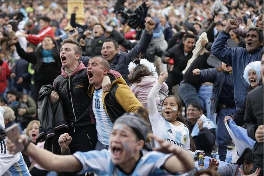 阿根廷晉級世界盃16強,在布宜諾斯艾利斯的球迷欣喜若狂。(美聯社)