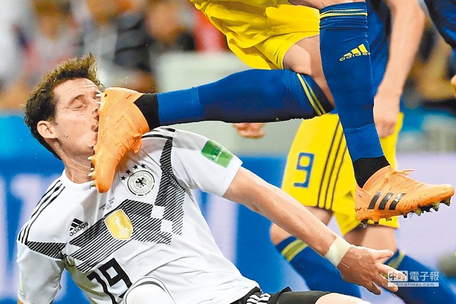 德國防守中場魯迪(左)對瑞典之戰被踢斷鼻樑,戰韓國未必能夠歸隊。(法新社)