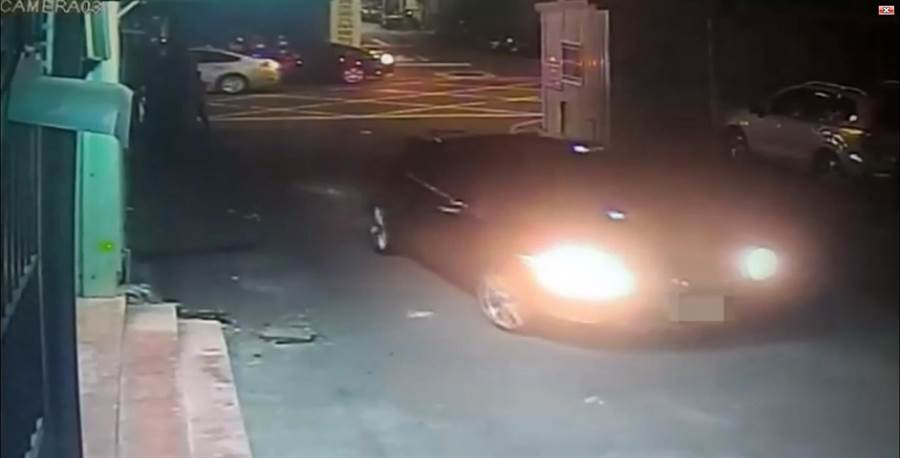 警方公布槍手開車進入現場畫面。(陳俊雄翻攝)