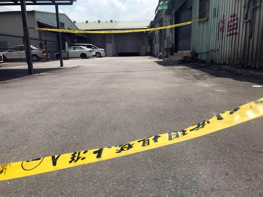 五股角頭游國興遭槍擊身亡,警方也將成泰路上的「台灣藝工隊」封鎖。(陳俊雄攝)