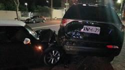 迴轉撞2車 駕駛見警方到場臉都綠了