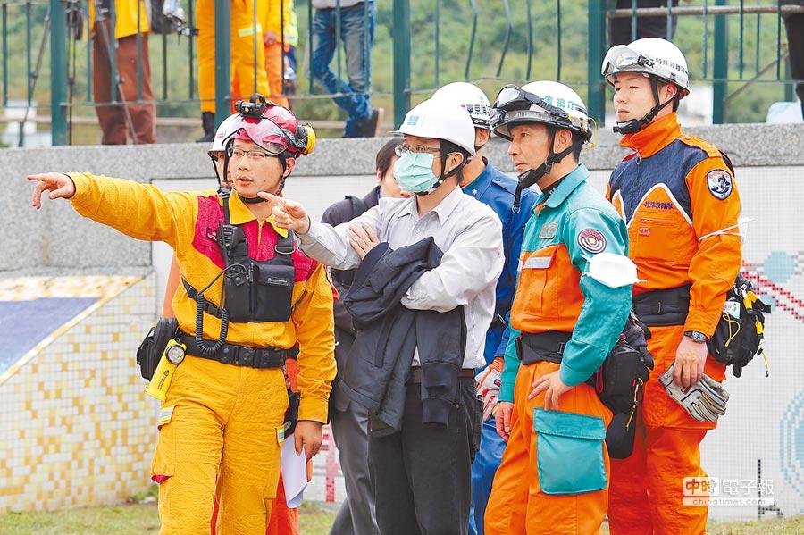 葉青林曾在臉書上揭露日本搜救隊動口不動手的情況。圖為花蓮大地震時,日本搜救隊員與我搜救隊討論救援事項。(本報資料照片)