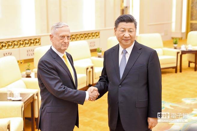 6月27日,大陸國家主席習近平(右)在北京人民大會堂會見來訪的美國國防部長馬提斯。(中新社)
