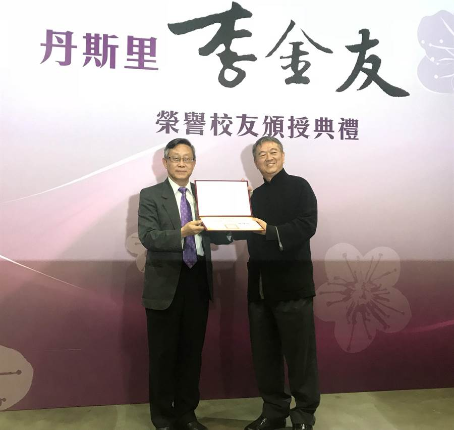 清大校長賀陳弘(左)昨天親自將榮譽校友證書頒予馬來西亞籍華人企業家李金友先生。(陳育賢攝)