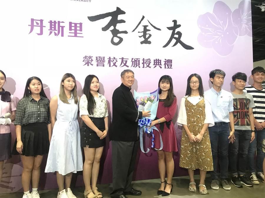 馬來西亞籍華人企業家李金友(左四)昨天獲頒清大榮譽校友,受其獎學金幫助的優秀馬來西亞僑生開心獻花祝賀。(陳育賢攝)