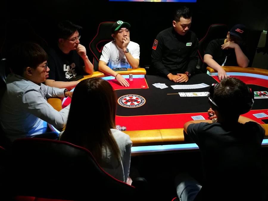 台灣華人德州撲克競技協會正在台中舉辦全國性的積分賽,吸引撲克高手前來競技。(圖/曾麗芳)