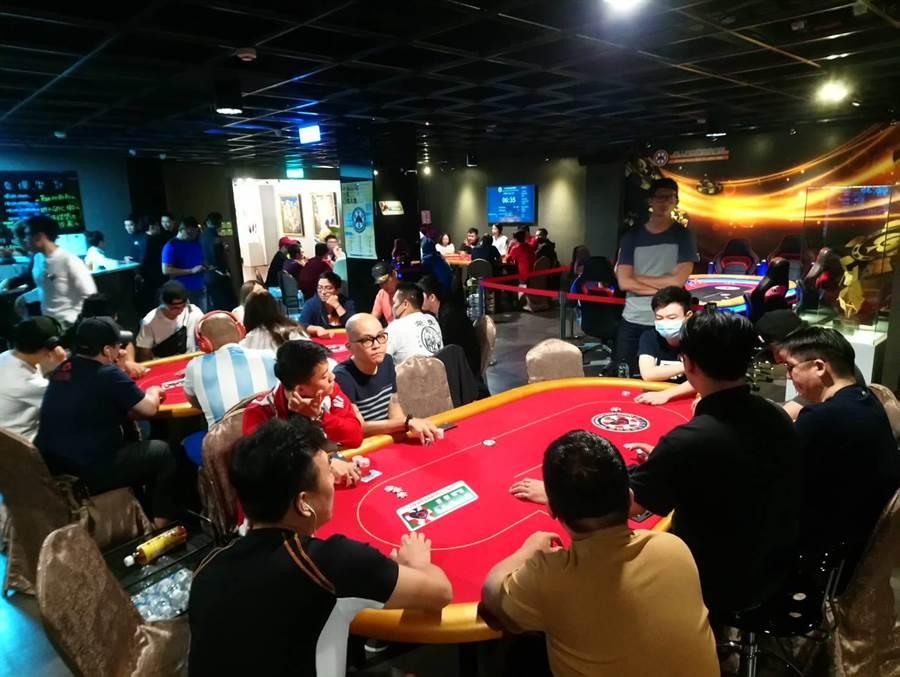 台灣華人德州撲克競技協會正在台中舉辦全國性的積分賽,吸引250位撲克高手前來競技。(圖/曾麗芳)