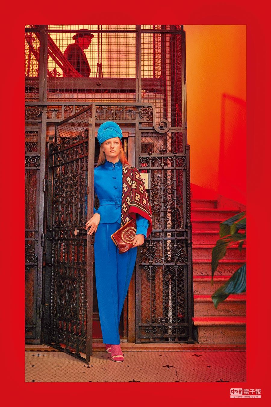 GUCCI早秋系列中,將一襲以70、80年代為輪廓的套裝,披上印滿Logo圖騰的絲巾,揮灑洋溢懷舊氛圍的華麗風格。(GUCCI提供)