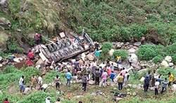印度大巴翻入峽谷 已釀40餘死