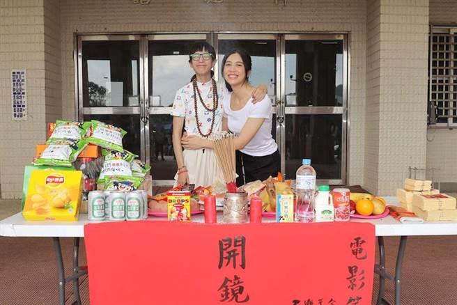 劉奕兒(右)和溫貞菱合作《第九分局》。(華文創提供)