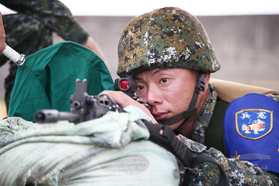 憲兵部隊採用內紅點反射式瞄準鏡,縮短瞄準與射擊時間,強化應急制變效能。(軍聞社提供)