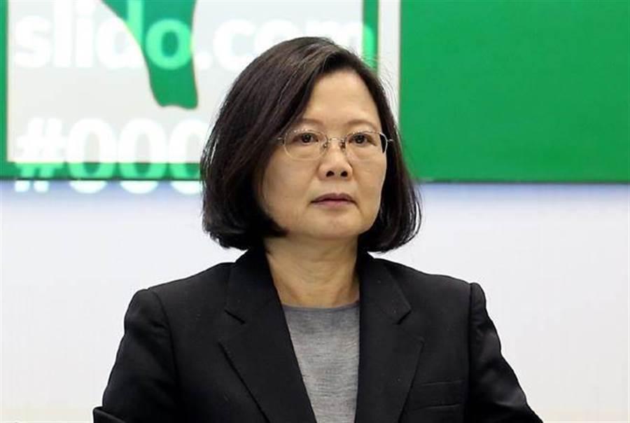 最關鍵錯誤是總統蔡英文出了一招台灣價值,反被獨派拿來大作文章,而小英和民進黨現在都收拾不了自己丟出的爛攤子,更無法切割這些獨派,只能一路向下崩毀,目前還看不到谷底。(本報系資料照片)