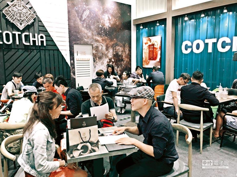 新品牌「咖竅」在台北連鎖加盟夏季展中,吸引加盟主的目光,預計年底再拓展逾10家店。圖/業者提供