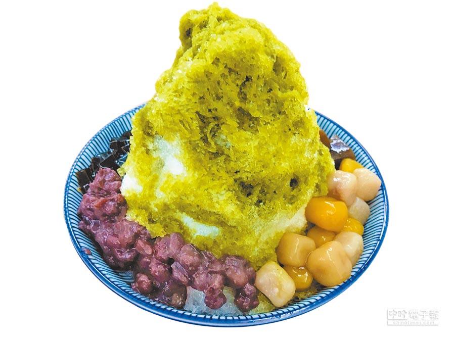 板橋區「杓口豆花甜品」的宇治抹茶冰,搭配紅豆芋圓等配料,是炎炎夏日的解暑聖品。(葉德正攝)