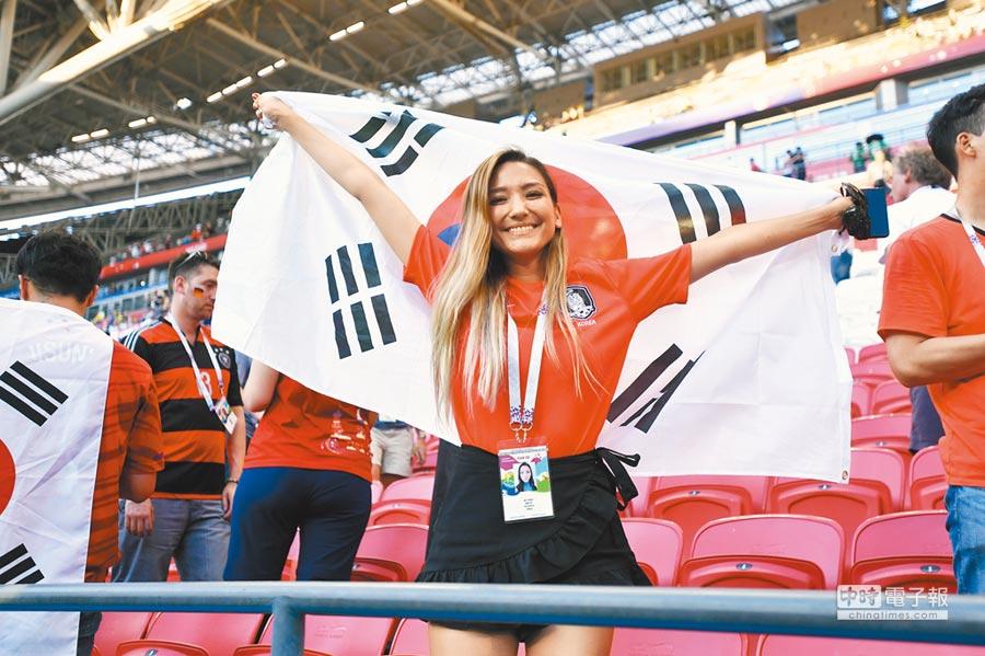 6月27日,南韓隊爆冷以2:0踢贏德國隊,南韓球迷開心歡呼。(中新社)