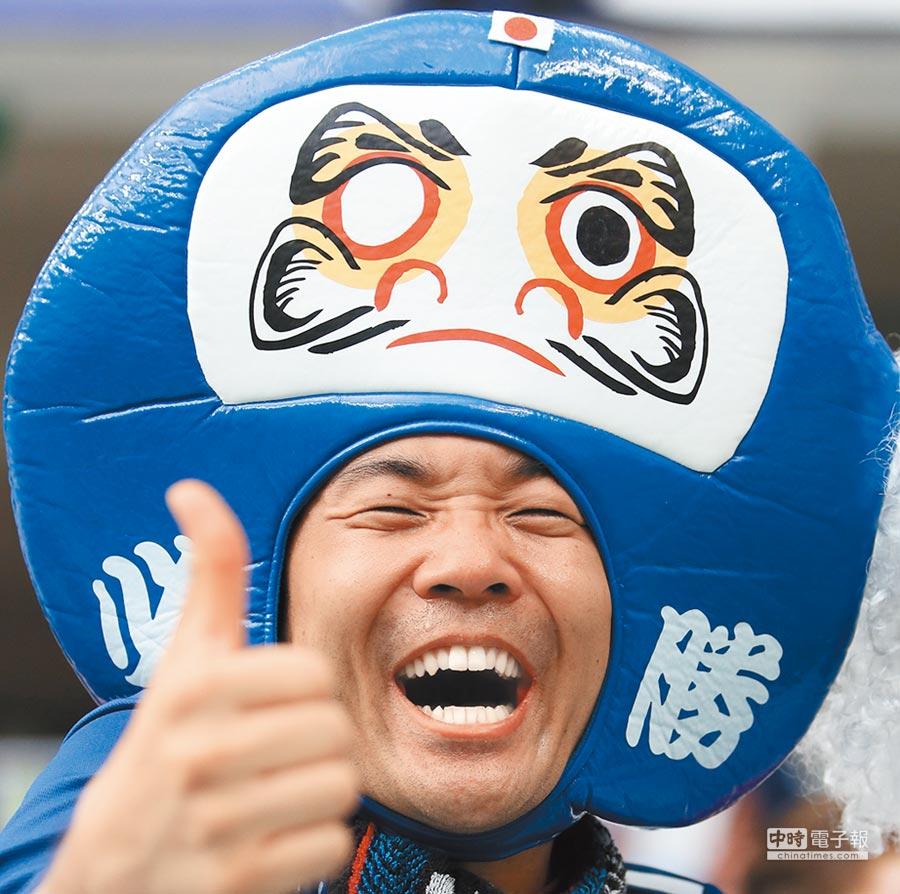 6月28日,一名日本隊球迷在比賽後慶祝球隊小組出線。(新華社)