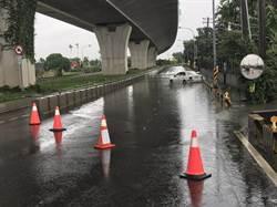 潮州西外環道積水單向通車管制 小客車無懼直闖然後泡水了