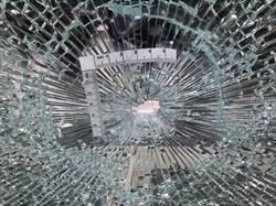 石頭彈飛撞擊  房仲業者落地窗應聲破裂