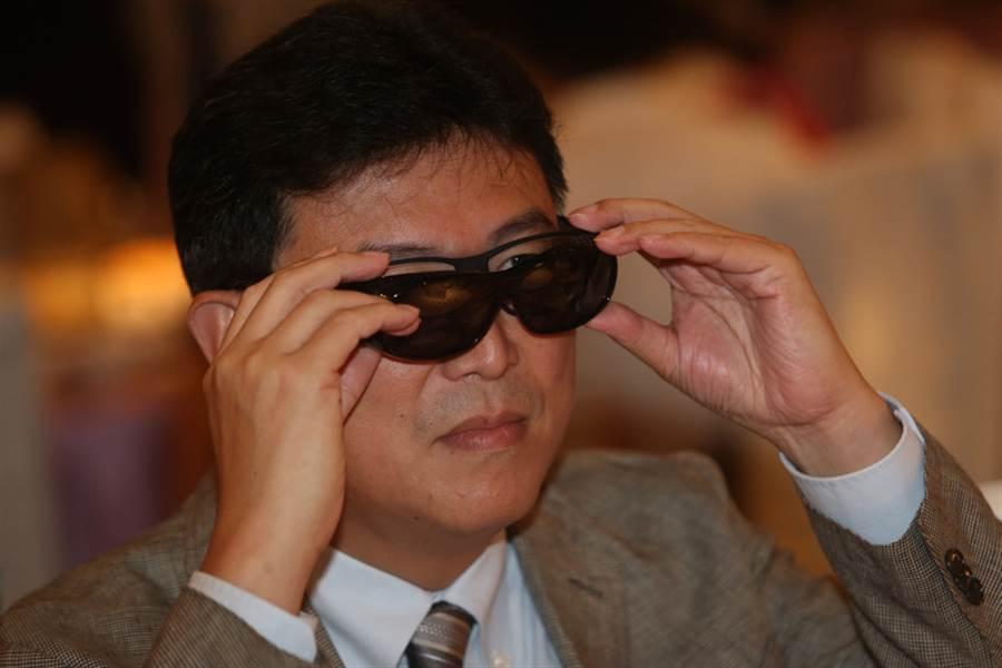 民進黨台北市長參選人姚文智2日在大直出席21世紀婦女協會夏季聯歡餐會,姚文智戴墨鏡亮相。(中央社)