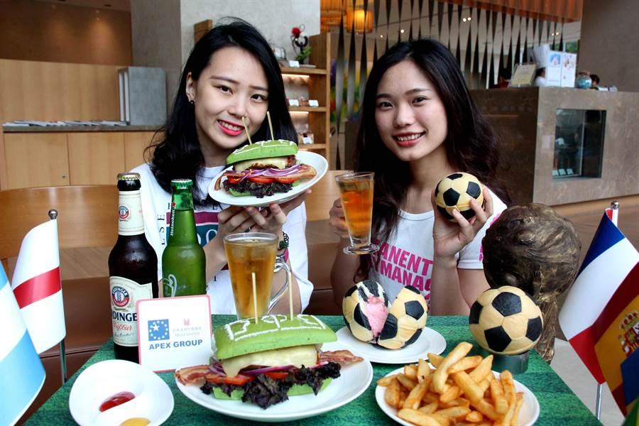 台中日月千禧酒店推世足賽期間限定的「足場優勢牛肉堡」套餐與足球造型麵包。(圖/業者)