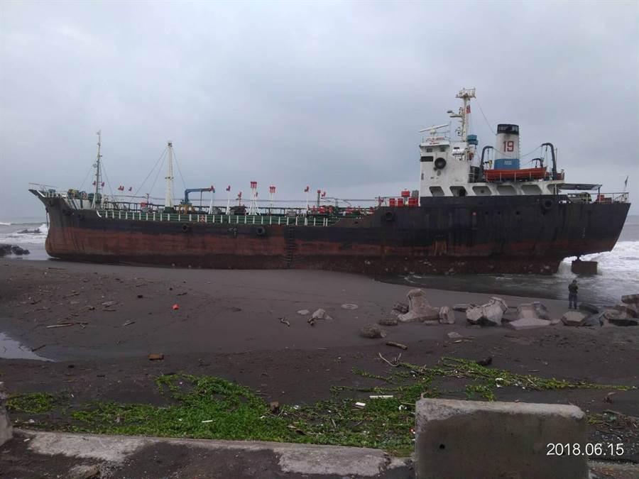 斐濟籍油輪勝利者19,上月14日擱淺於高雄林園中門坑出水口海灘。(航港局提供)