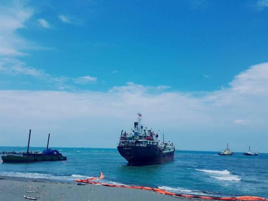 擱淺於高雄林園海域的「勝利者19」,今日上午順利脫淺,駛往高雄港錨地。(航港局提供)