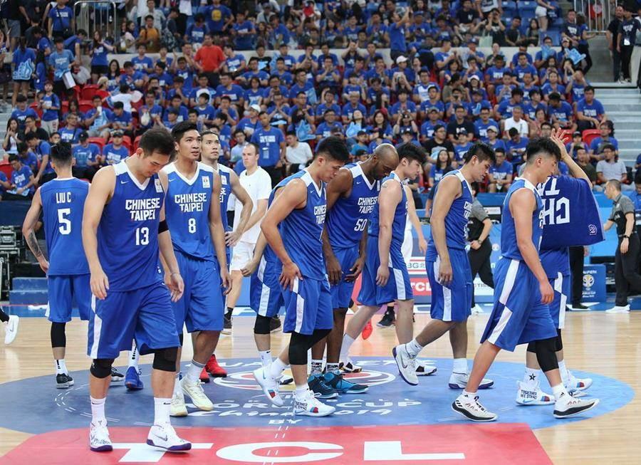 面對慘敗40分的現實,中華男籃低頭走出球場。(取自FIBA官網)